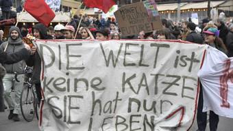 """Demonstranten der Bewegung """"Klimastreik Schweiz"""" an einer Kundgebung in Basel, am Samstag, 2. Februar 2019. (KEYSTONE/Georgios Kefalas)"""