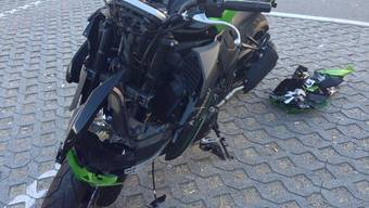 Das Motorrad ist vom Unfall sichtlich gezeichnet