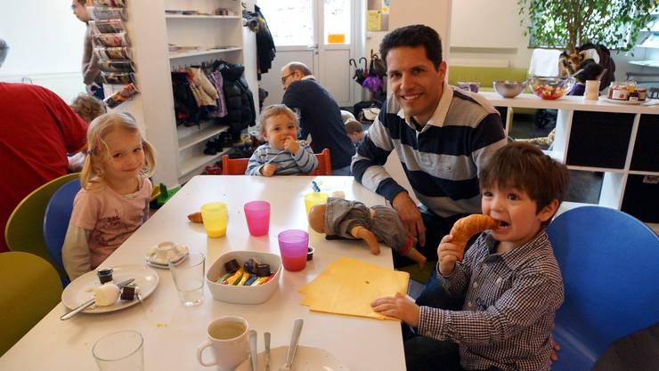 Mit Papi beim Zmorge - Andrea Rutz mit seinen Kindern Olivia, Silvano und Claudio