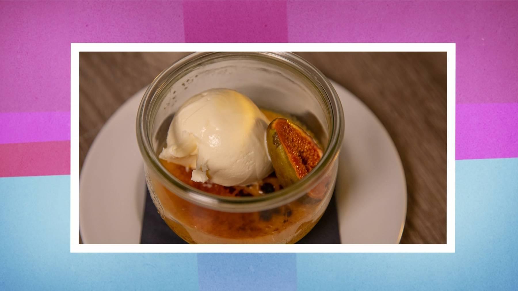 Dessert: Crème Brûlée mit Zitronen-Thymian aromatisiert mit hausgemachtem Sauerrahmglace