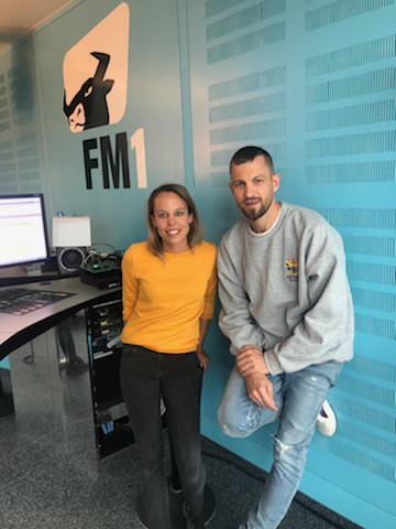 Der Künstler mit FM1-Moderatorin Nicole Färber. (© FM1Today/Lisa Pillinger)