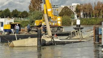 Schiffshavarie auf dem Rhein: Das Schiff hat sich endlich gedreht.