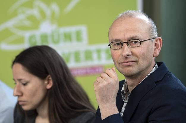 Michael Toengi, Nationalrat Gruene-LU, verfolgt den Abstimmungssonntag zur Zersiedelungsinitiative.