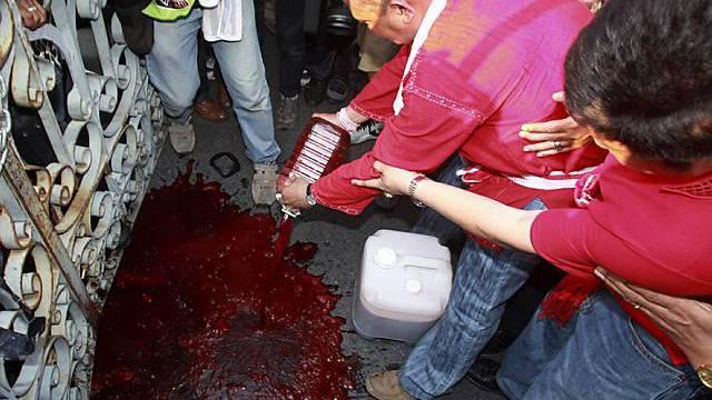 Literweise Blut vor dem Regierungssitz in Bangkok verschüttet