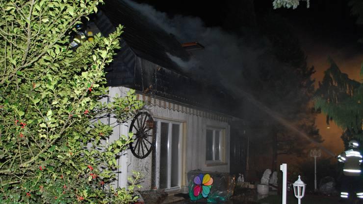 Die Feuerwehr löscht den Brand.