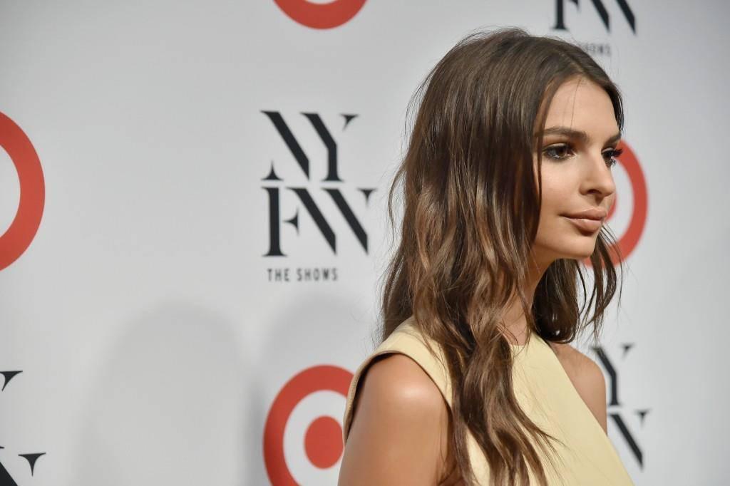 Dieses Kleid trug Emily zur Eröffnungsfeier der Fashion Week. (© Getty Images)