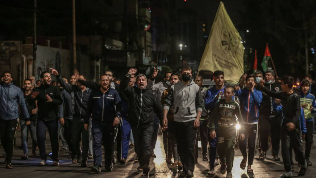 Nächtliche Proteste von Palästinensern im Gazastreifen. Foto: Mohammed Talatene/dpa