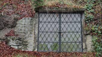 Die schmiedeiserne Tür befindet sich in einem feuchten und kalten Bachtobel auf der Strecke zwischen Menziken und Beromünster.