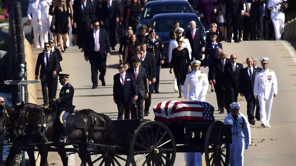 Der mit 81 verstorbene US-Senator John McCain wurde in einer privaten Zeremonie auf der Marineakademie in Annapolis im US-Staat Maryland beigesetzt.