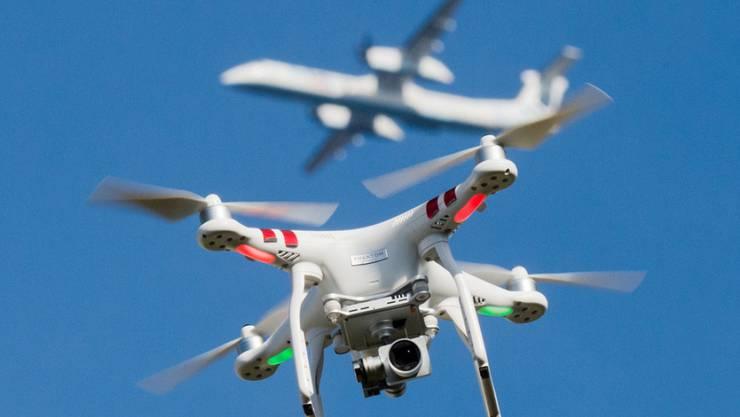 Skyguide sucht einen Weg um die Drohnen zu kontrollieren, damit sie nicht in die Nähe von Flugzeugen kommen. (Symbolbild)