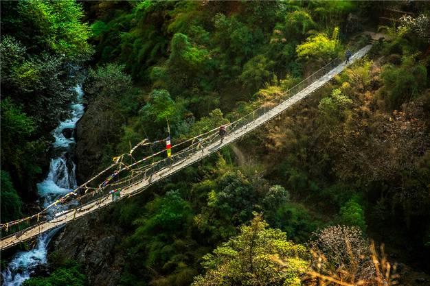 Der Bergfluss rauscht in der Tiefe, die Baumwipfel liegen einem zu Füssen. Wer diese Hängebrücke überquert, ist besser schwindelfrei.
