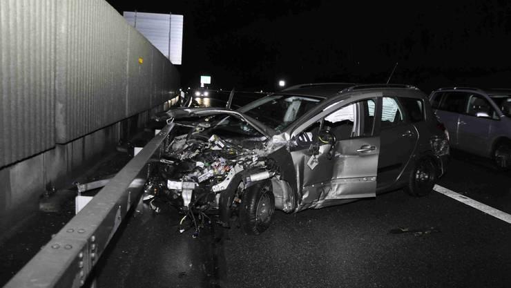 Ein 19-jähriger Autofahrer verursachte am frühen Sonntagmorgen auf der A1 einen Selbstunfall mit Totalschaden.