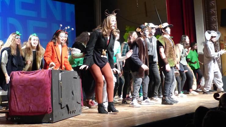 """Das Musical """"Seussical"""" stammt aus den Federn von Lynn Ahrens und Stephen Flaherty. Es wurde im Jahr 2000 für das Broadway geschrieben und wird in den USA regelmässig aufgeführt - auch an Schulen. Erstmals wird diese Erfolgsgeschichte in der Schweiz von einer Musikschule auf Deutsch aufgeführt. Im Bild: Die Bewohner des Dschungels von Nul stellen sich singend und tanzend vor."""
