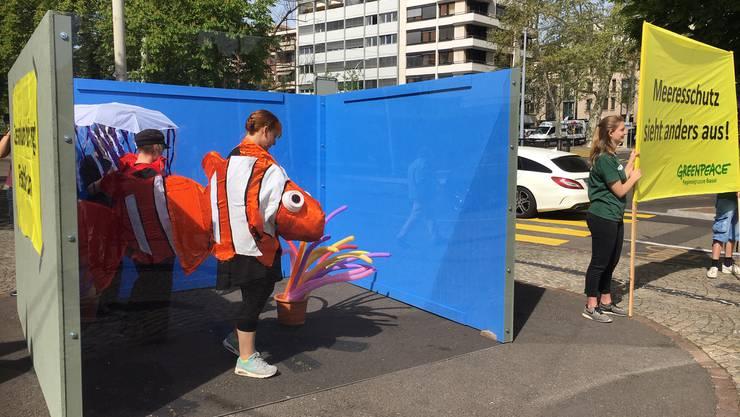 Mit einer Inszenierung protestierte die Regionalgruppe von Greenpeace gegen das Ozeanium in Basel.