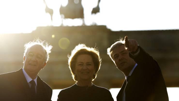 Die ehemalige belgische Königin Paola - hier mit ihrem Mann Albert II. (l.) und dem ehemaligen Regierenden Bürgermeister Berlins, Klaus Wowereit im Jahr 2011 - soll einen Schlaganfall erlitten haben.