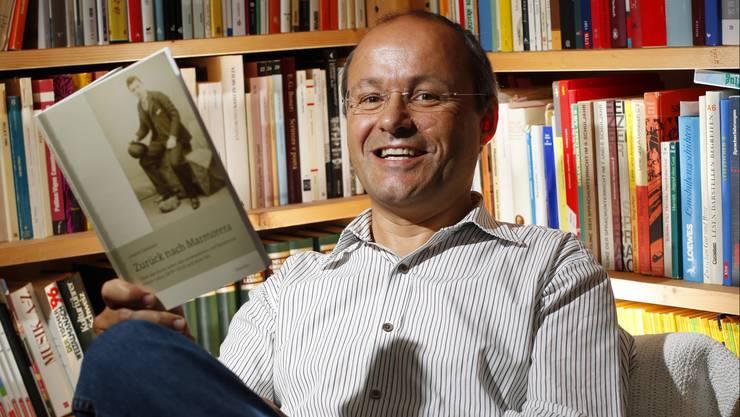 Lehrer und Schriftsteller Linard Candreia mit seinem letzten Buch «Zurück nach Marmorera» über den Auswanderer Flurin Lozza. Sein neustes Werk mit dem Titel «Laufental» erscheint im Verlauf der nächsten Tage.