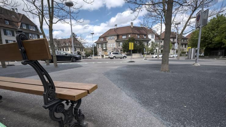 Die Autofahrer rasen gerne über den Rütimeyerplatz. Eine Bushaltestelle soll dem ein Ende setzen.