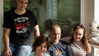 Leben nach dem Hirnschlag: Stephie Leutwyler mit Lars, Fred und Lya.