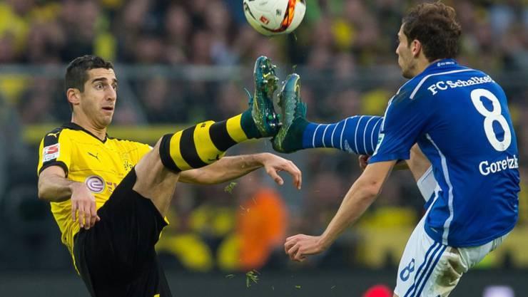 Im Fokus der 29. Bundesliga-Runde: das Revierderby zwischen Dortmund (mit Henrich Mchitarjan, links) und Schalke (Leon Goretzka/Archivbild)