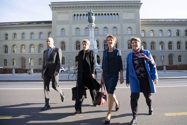 Die Bundesräte Alain Berset, Karin Keller-Sutter, Simonetta Sommaruga und Viola Amherd unterwegs zur historischen Medienkonferenz vom 16. März 2020.