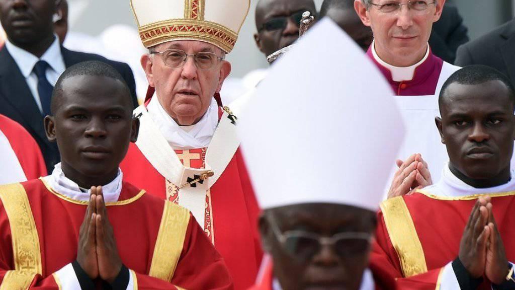 Papst Franziskus (3. von links) am Samstag bei einer Messe am Schrein der Märtyrer von Namugongo bei Kampala in Uganda.