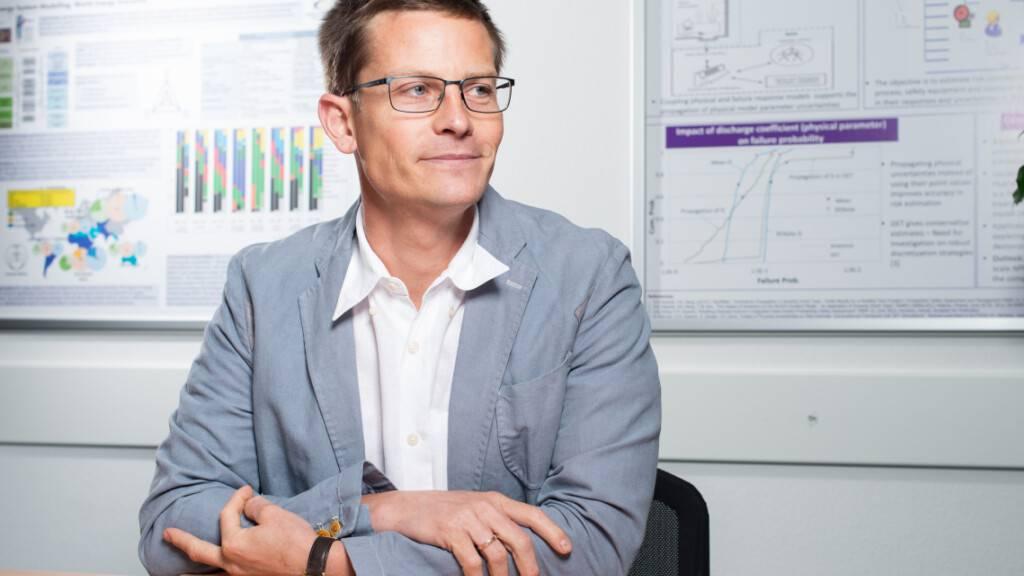 Tom Kober, Leiter der Gruppe Energiewirtschaft Labor für Energiesystemanalysen am Paul Scherrer Institut, erforscht mit Kolleginnen und Kollegen aus zehn Institutionen, wie die Energieversorgung in der Schweiz sicher und nachhaltig bleiben kann. (Foto: Mahir Dzambegovic)