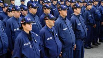 Kantonspolizei braucht bis 2017 mindestens 80 Polizeikräfte mehr: Hier eine Hundertschaft vor der Euro 2008