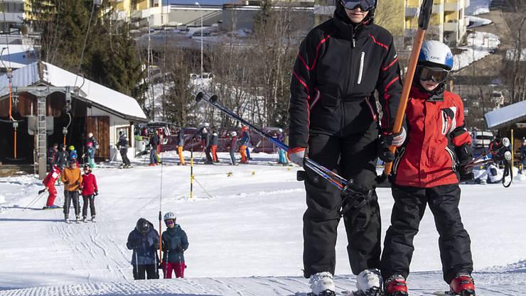 Die Schweizer Hotellerie hat im Februar noch von steigenden Touristenzahlen profitiert - im Bild Skifahrer am 15. Februar 2020 in Sörenberg.