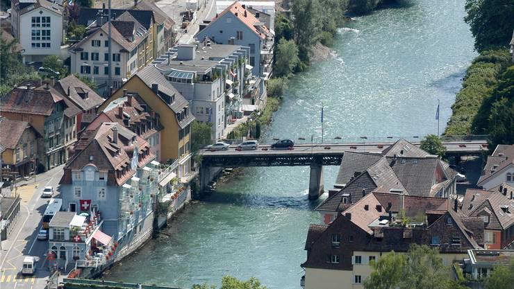 Ein Bild aus der Vergangenheit: Vor 13 Jahren durften Autos noch über die Schiefe Brücke fahren, die Baden und Ennetbaden (links) verbindet. Heute gilt ein Fahrverbot.