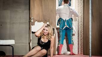 Zu Hause bei Carmen (Carolyn Dobbin) und Escamillo (William Berger) fliegen die Fetzen.Ingo Höhn/Luzerner Theater