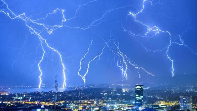 Ein Gewitter mit zahlreichen Blitzen zieht über Zürich (Archiv)