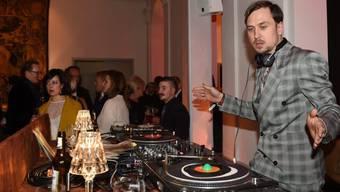 Im Grunde ein seriöser Schauspieler: Lars Eidinger als DJ, hier noch mit Hose
