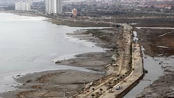 Zerstörungen an der chilenischen Hafenstadt nach einem Tsunami, der vergangene Woche durch ein schweres Erdbeben vor Chiles Küste ausgelöst wurde. Laut Rotkreuz-Organisationen sind 2014 unterdurchschnittlich viele Menschen bei Naturkatastrophen umgekommen. (Archivbild)