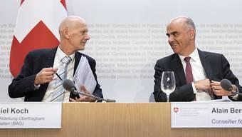 Bundesrat Alain Berset (rechts) diskutiert mit Daniel Koch, Leiter Abteilung übertragbare Krankheiten beim Bundesamt für Gesundheit (BAG), an einer Medienkonferenz zum Coronavirus. (Archivbild)