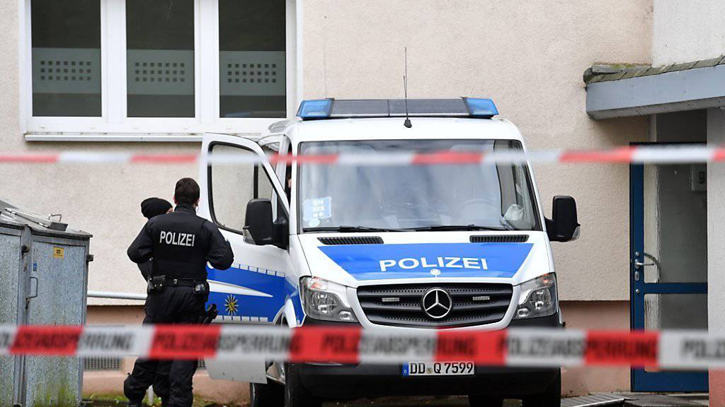 Polizisten vor dem abgesperrten Wohnblock in Chemnitz.