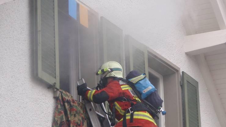 Der Atemschutztrupp birgt eine Person aus dem Haus.  Foto: ms