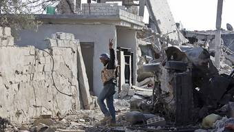 Ein Kämpfer der Freien Syrischen Armee nach der Einnahme der Stadt Kobane - nun haben die Rebellen den IS auch aus al-Rai vertrieben. (Archivbild)