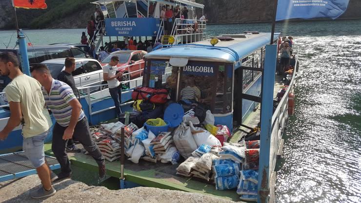 Eine Fahrt mit der Fähre auf dem Koman-Stausee ist unbequem, aber auch unvergesslich schön. Obwohl der zum Boot umgebaute Bus nicht gerade vertrauenserweckend aussieht.