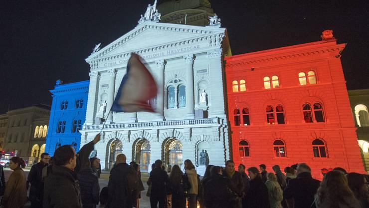 Das Bundeshaus in Blau-Weiss-Rot.