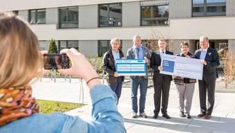 Die Zeka-Vertreter Ueli Speich (2.v.l.) und Doris Kehl (4.v.l.) erhalten die Checks von Kerzenziehen-Baden-Präsident Bernhard Leutenegger (l.) sowie von Bernhard Wyler (3.v.l.) und Bruno Burkhart (r.) von der Rütihöfler Immobilien AG.