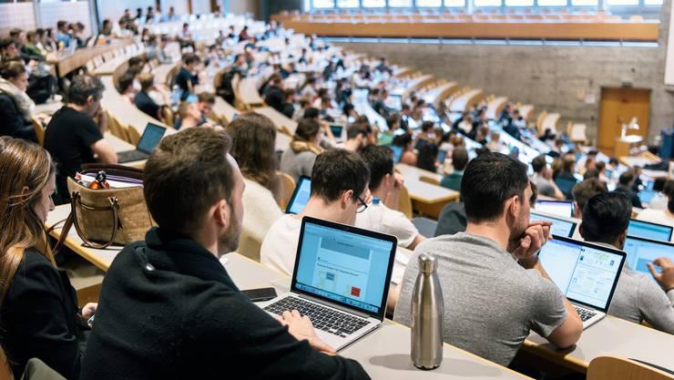 Jüngere Studierende weisen häufig ein höheres Pensum auf als ältere. (Symbolbild)