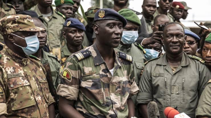 dpatopbilder - Ismaël Wagué (M), Sprecher der Putschisten, äußert sich auf einer Pressekonferenz in Kati. Foto: Uncredited/AP/dpa