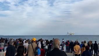 Noch ein Looping, dann stürzt der Eurofighter vor zahlreichen Zuschauern ins Meer.