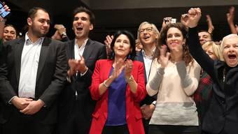 Die frühere Aussenministerin Salome Surabischwili (Mitte) könnte die erste Präsidentin Georgiens werden.