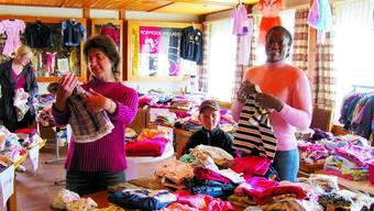 Viele Kleider, viele Grössen: Ingrid Nyffenegger (links) und Tanja Lehmann.