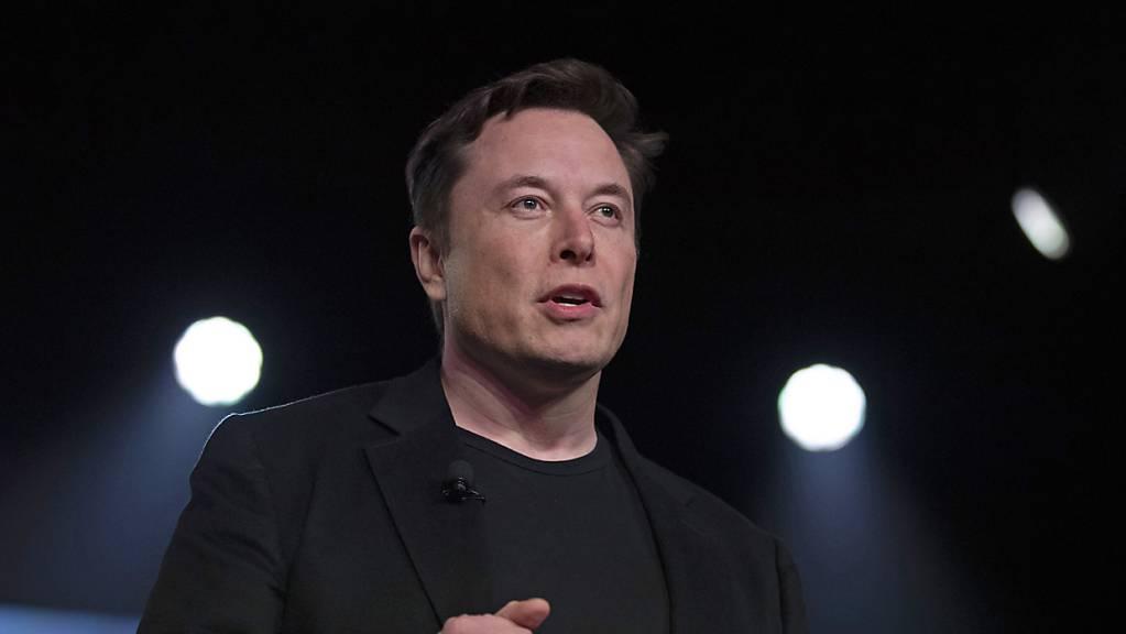 Elon Musk muss sich in den USA in einem Prozess verantworten, in dem es um Beleidigungen einer Person geht, die das Hilfsangebot Musks zur Rettung von jugendlichen in einer Höhle abgelehnt hatte. (Archivbild)