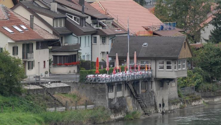 Das Restaurant Schifflände mit dem markanten Pavillon über dem Fluss.