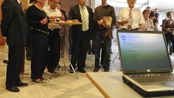 Gewonnen: Neugierig analysiert unter anderem der Riehener SVP-Präsident Eduard Rutschmann (dritter von rechts) das Abstimmungsresultat. (Bild: Martin Töngi)