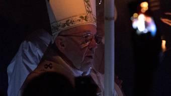 Papst Franziskus entzündet in der Vatikan-Basilika die Kerzen.