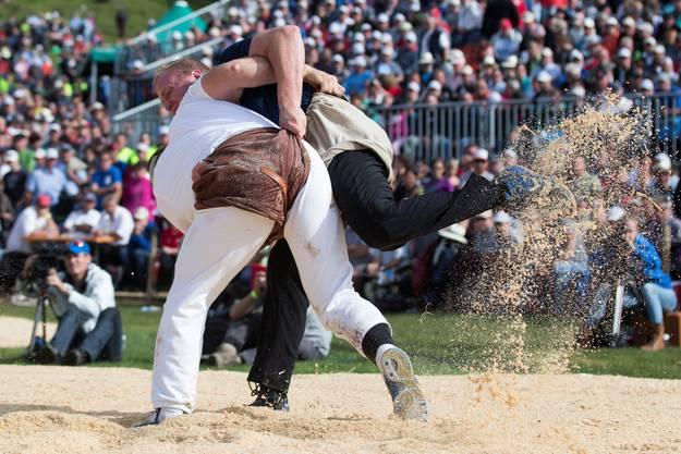 Mario Thürig, rechts, besiegt Benji von Ah im Schlussgang.